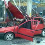 Veículo destruído com uma explosão de cilindro GNV.